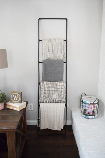 Make this easy DIY blanket ladder for a stylish way to store your blankets. This modern industrial blanket ladder is perfect for a corner of a living or family room and would also work in a bathroom for storing towels. #DIY #blanketladder